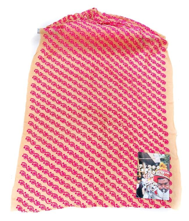 〔1m切り売り〕ラジャスタンの更紗模様刺繍布〔幅:約102cm〕2-広げたところの写真です。幅はしっかりとあります。左下にあるサイズ比較用の当店カタログは、A4サイズです。\