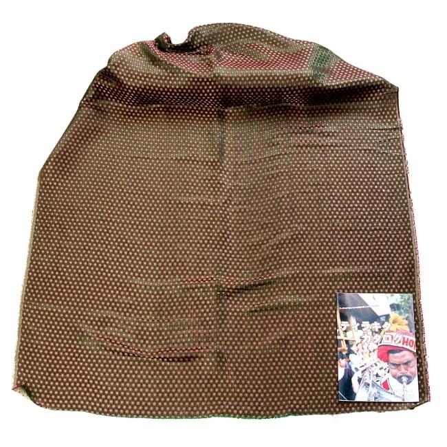 〔1m切り売り〕インドの伝統模様布〔幅約111cm〕 - グリーン2-布を広げてみたところです。横幅もしっかり大きなサイズ。布の上に置かれているのはサイズ比較用の当店A4サイズカタログです。\