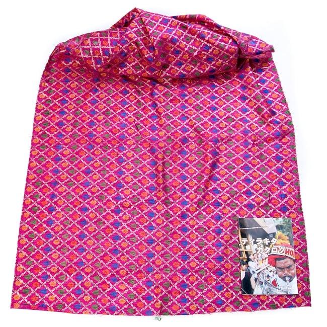 〔1m切り売り〕インドの伝統模様布〔幅約110cm〕 - マゼンタ2-布を広げてみたところです。横幅もしっかり大きなサイズ。布の上に置かれているのはサイズ比較用の当店A4サイズカタログです。\
