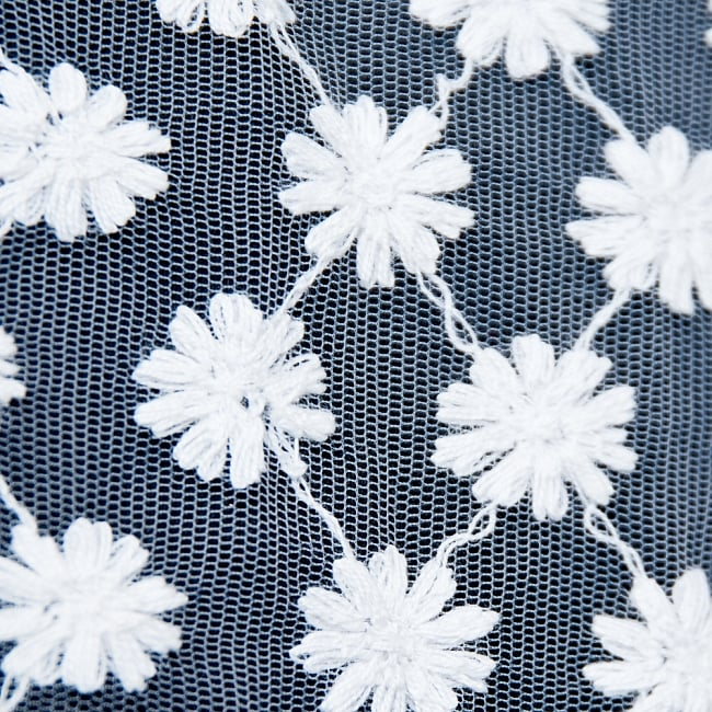 〔1m切り売り〕伝統模様刺繍のメッシュ生地布〔106cm〕2-生地を近くからみてみました。\