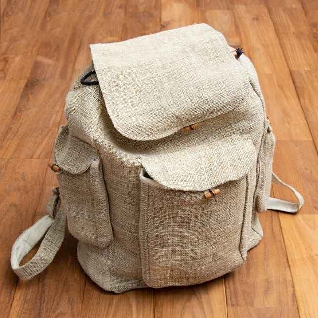 ヘンプ素材の大きなバックパック - ナチュラル2-たっぷり収納できるバックパックです。\