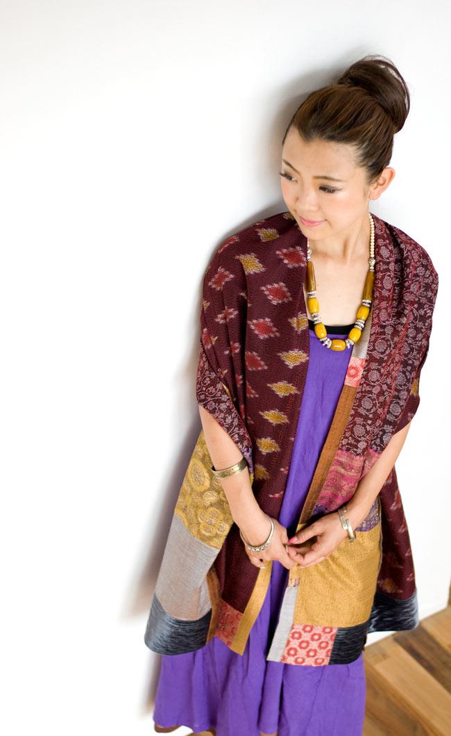 【1点物・インド最高級品】インドのカンタ刺繍ストール2-肩からかけてみました。存在感がしっかりあって、とても素敵です。\
