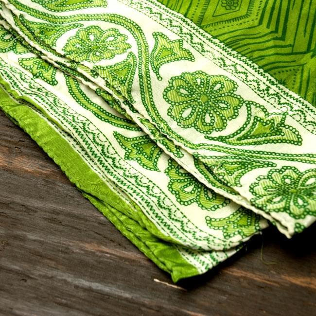オールドサリーのスカーフ 約105cm×約105cm 【グリーン系】2-質感がわかるように撮ってみました。柔らかくてとても扱いやすい布地です。\