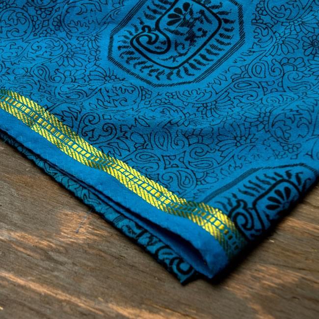 オールドサリーのスカーフ 約105cm×約105cm 【ブルー系】2-質感がわかるように撮ってみました。柔らかくてとても扱いやすい布地です。\