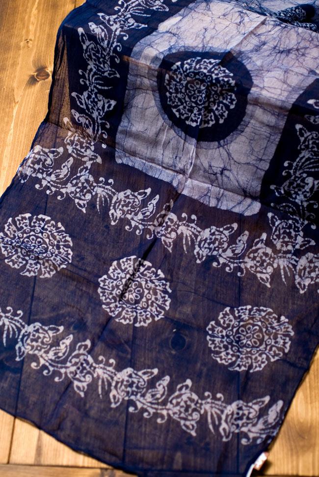 インドのバティック染めスカーフ - ネイビー&ナチュラルの写真