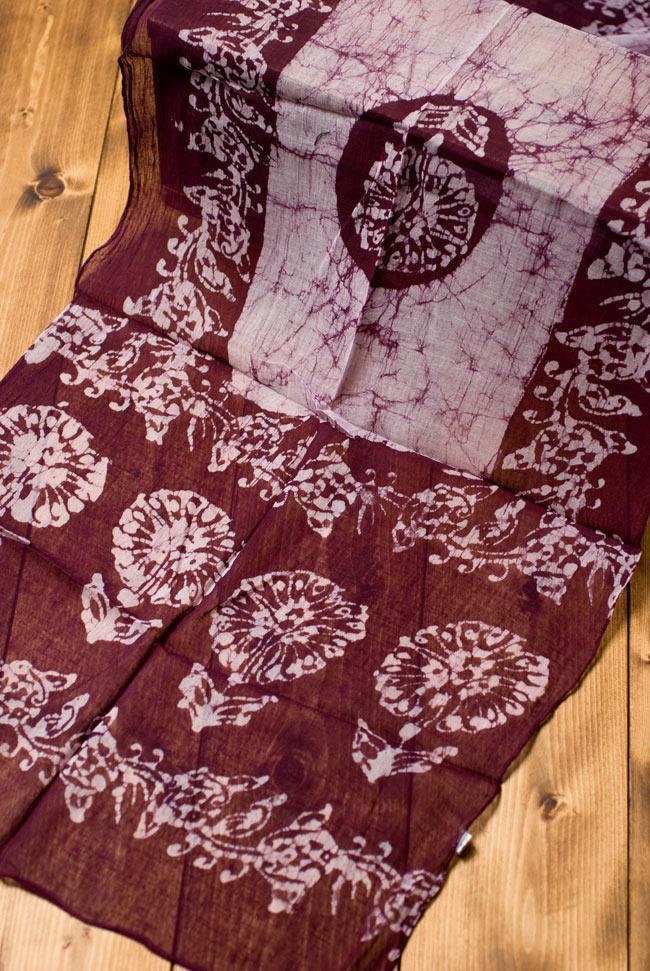 インドのバティック染めスカーフ - えんじ&ナチュラルの写真