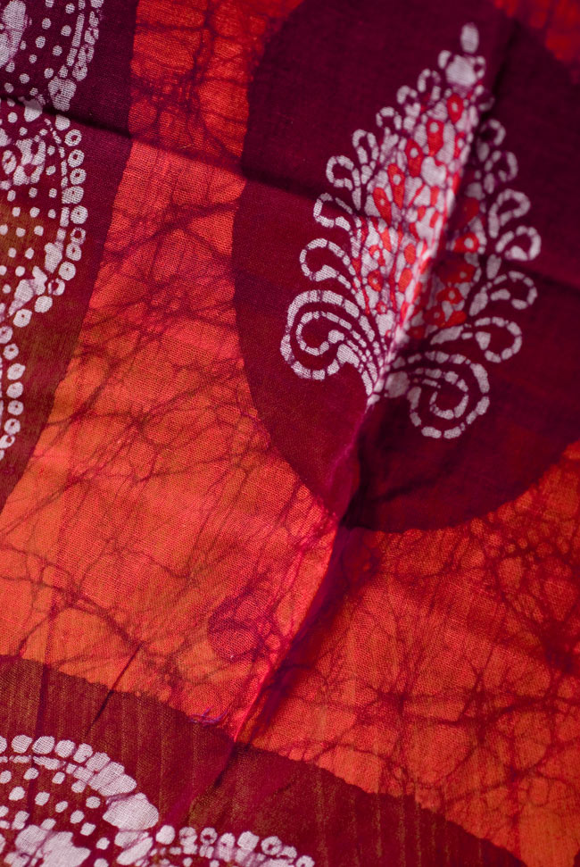 インドのバティック染めスカーフ - えんじ&オレンジの写真2-大人の魅力を感じさせる染模様です。\