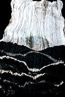 インドの薄ショール クリンクル タイダイドゥパッタ - 黒の個別写真