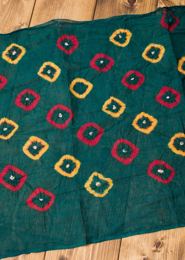 大きな模様の絞り染めドゥパッタ - グリーン&赤・黄2-広げてみました。くしゃっとした質感が暖かく空気を取り込んでくれます。\