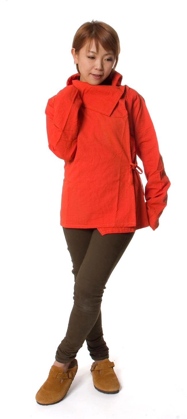 ウッドボタンのカシュクールジャケット 【オレンジ】の写真2-150cmのモデルさんが着てみました。このくらいの丈なら、パンツにもスカートにも合わせすいです。\