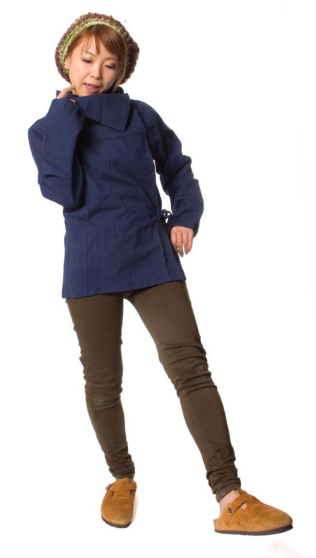 ウッドボタンのカシュクールジャケット 【紺】の写真2-150cmのモデルさんが着てみました。このくらいの丈なら、パンツにもスカートにも合わせすいです。\