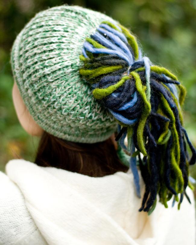 フェルトのポンポン ニット帽 - グリーン2-別の角度から撮ってみました。\