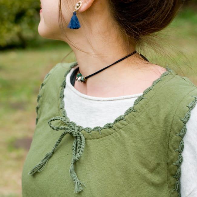 フラワー刺繍ポケットAラインワンピース - カーキ2-胸元はこのようにステッチされています。\