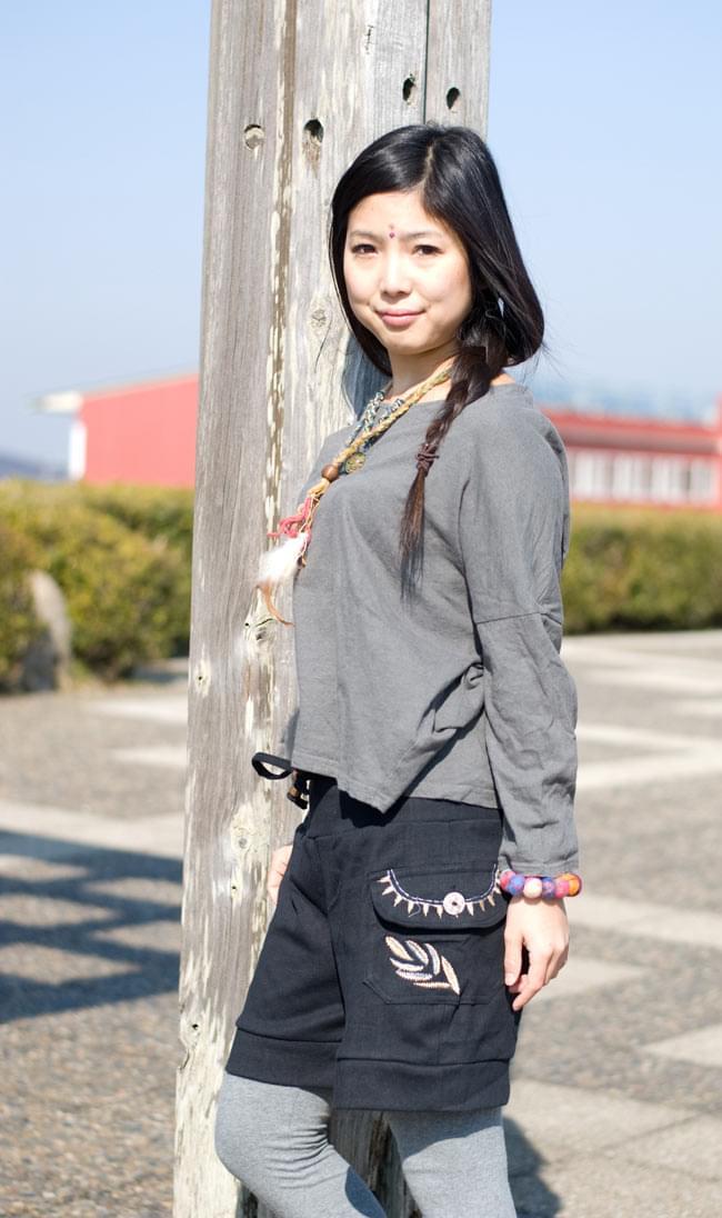 バック刺繍スウェットショートパンツ 【黒】の写真2-サイドのポケットの刺繍も目を引きますね!\