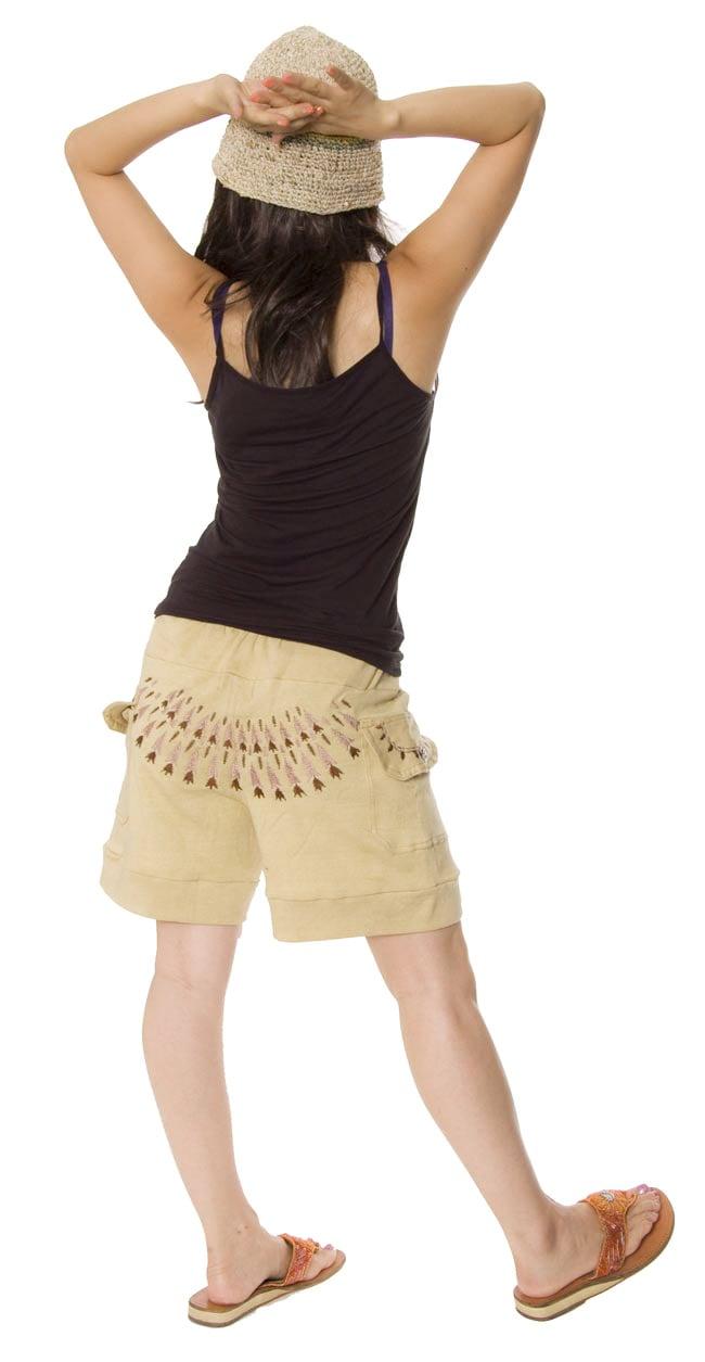 バック刺繍スウェットショートパンツ 【ベージュ】の写真2-後ろ姿はこんなかんじです。刺繍が目を引きますね。\