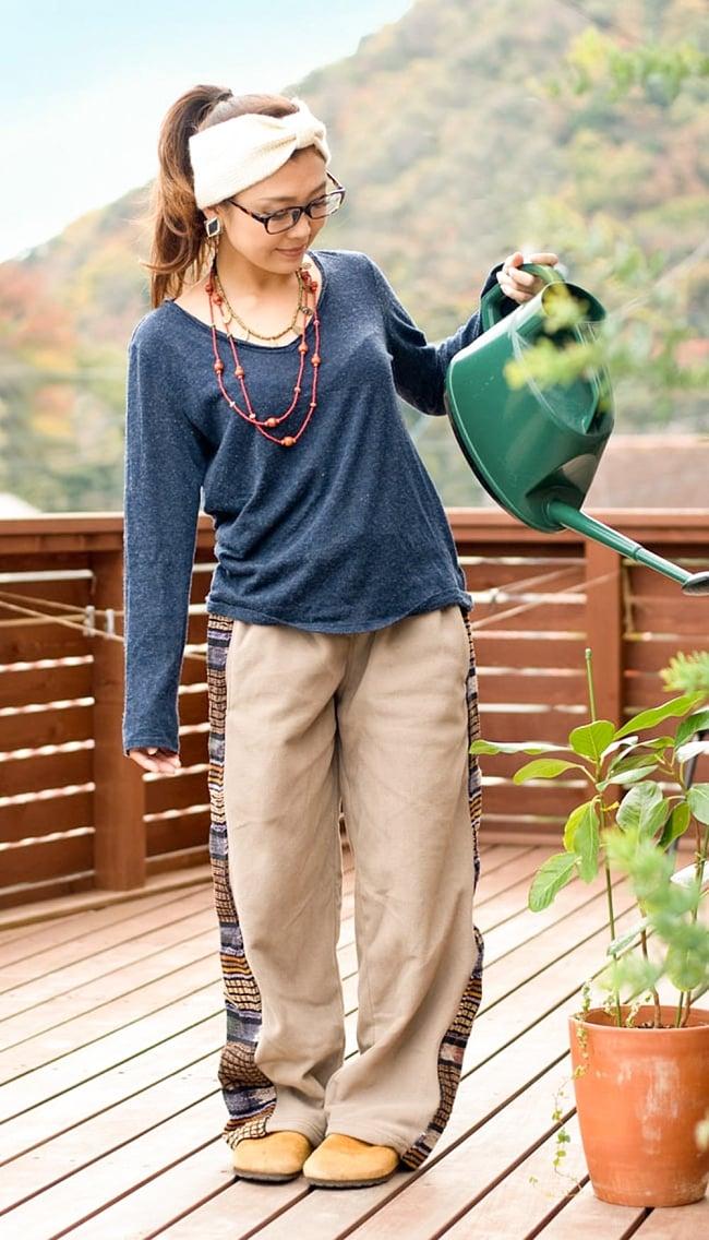ネパールのフリースロングパンツ 【ベージュ】の写真2-動きやすいから家での家事仕事にもピッタリです!\