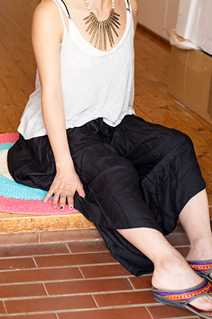 シンプルカラーのフレア巻きパンツの個別写真