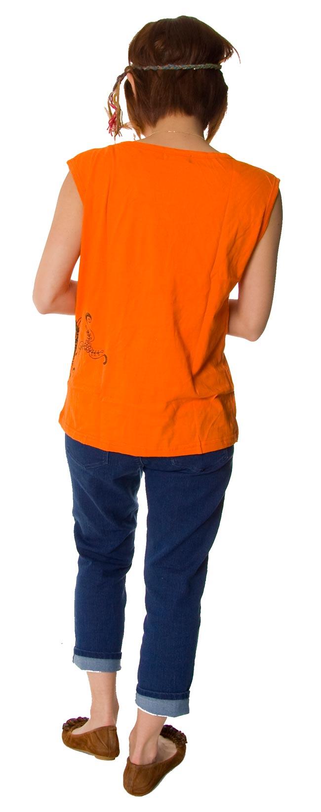 メヘンディアートプリント タンクトップ オレンジの写真2-後ろ姿はこんな感じです。\