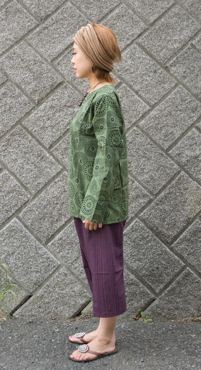 花火柄の長袖コットンシャツ 【緑】2-横を向くとこんな感じです。\