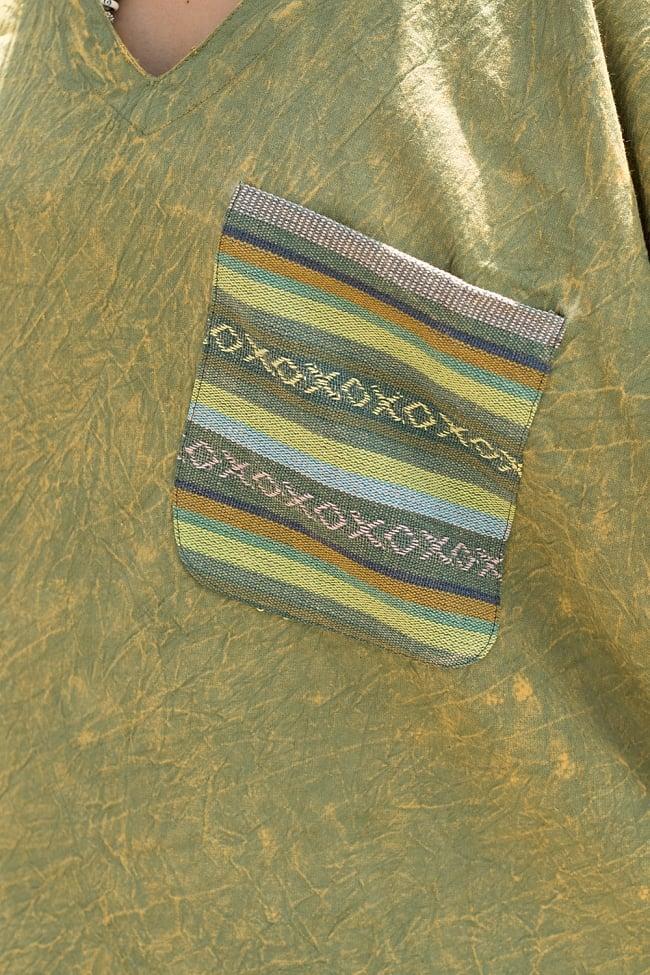 ストーンウォッシュの半袖プルオーバーシャツ 緑2-胸元にはネパール独特の生地で作られたポケットがあります。\