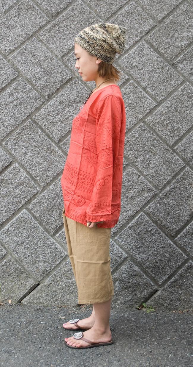 長袖Vネックラムナミシャツ - 赤2-横からの姿はこんな感じです。\