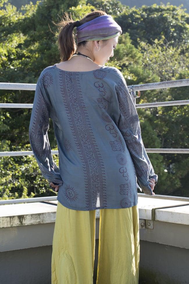 長袖Vネックラムナミシャツ - グレーの写真2-生地が柔らかいのでとても着心地が良いです。\