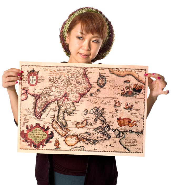【16世紀】アンティーク地図ポスター[INDIAE ORIENTALIS]【南アジア・東アジア・東南アジア周辺】の写真2-大きさを感じていただくため、身長150cmモデルさんに持ってもらいました。\