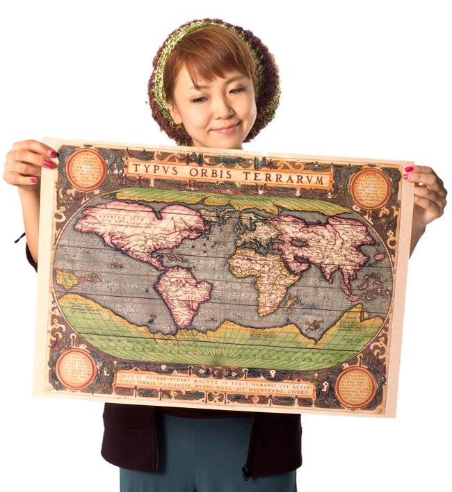 【16世紀】アンティーク地図ポスター[TYPVS ORBIS TERRARVM]【世界地図】2-大きさを感じていただくため、身長150cmモデルさんに持ってもらいました。\
