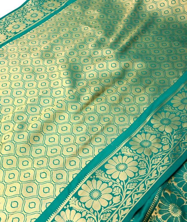 【大判】金色刺繍の光沢デコレーション布 - エメラルドの写真2-拡大写真です。光沢のある素材感で高級感があります。柄もインドらしくて素敵です。\