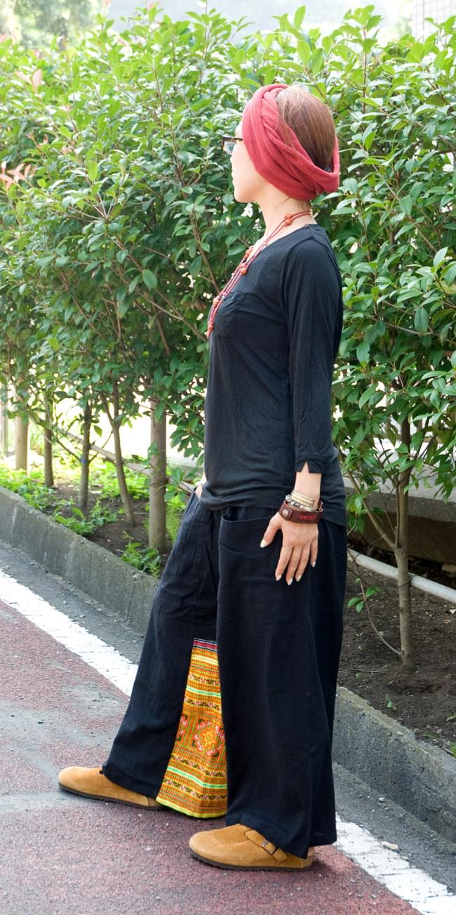 モン族刺繍のタイパンツ 【黒】の写真2-横から見た姿です。ちらっと見えるモン族が可愛いです。\