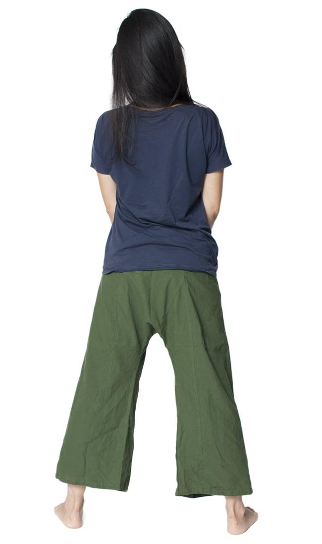 シンプルコットンタイパンツ 【濃緑 - ハスの模様入り】の写真2-後ろ姿の様子です。\