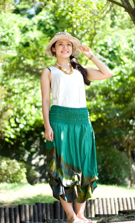 4通り楽しめる! タイダイロングスカート 【グリーン系】の写真2-サラサラした生地はとても着やすいです。\