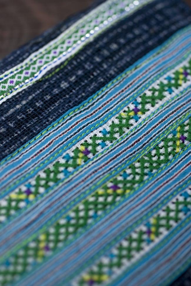 モン族の古布を使った二つ折り財布[水色]2-布地をアップにしました。細やかな刺繍が素敵です。\