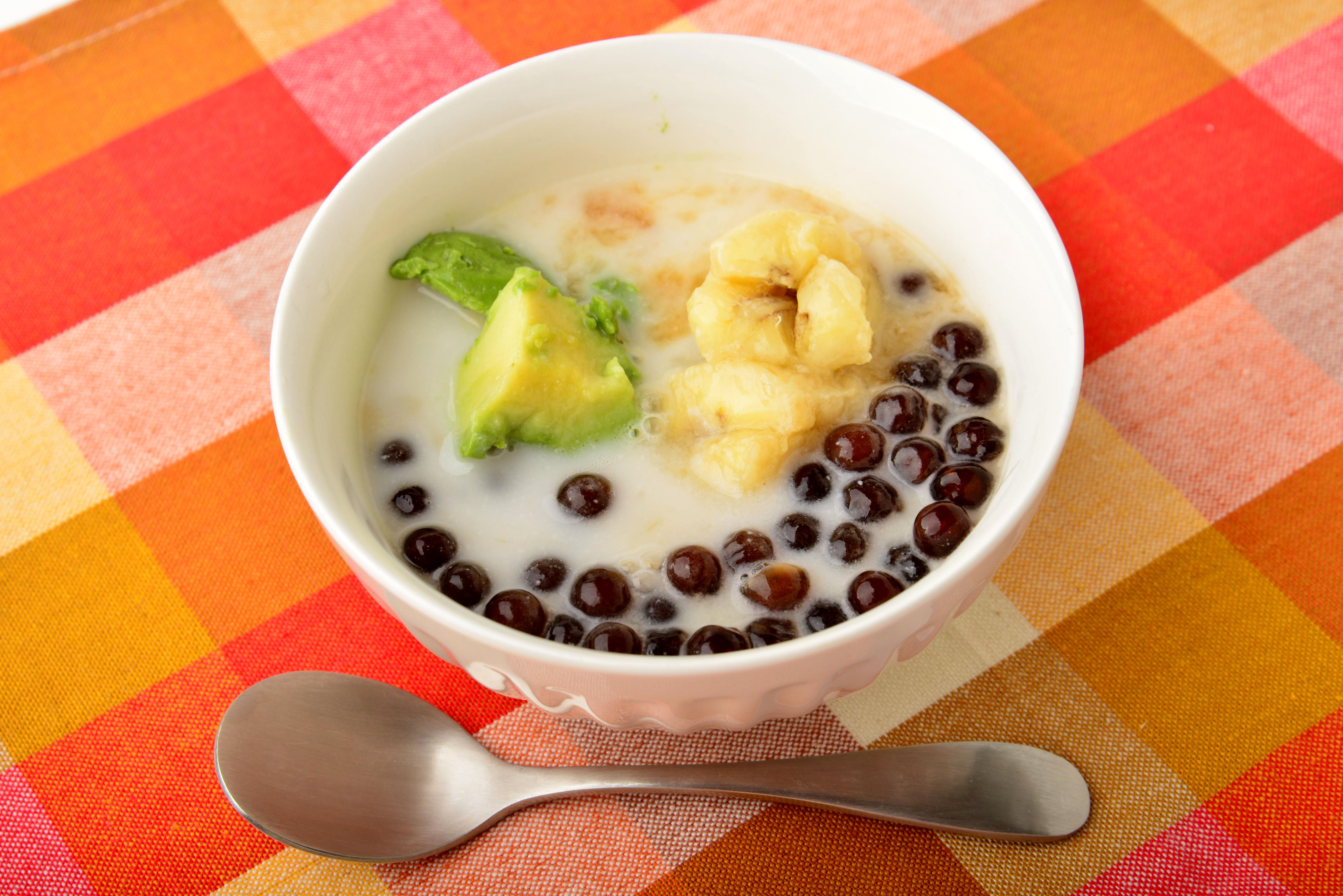 アボカドとバナナとココナッツミルクのデザートの写真