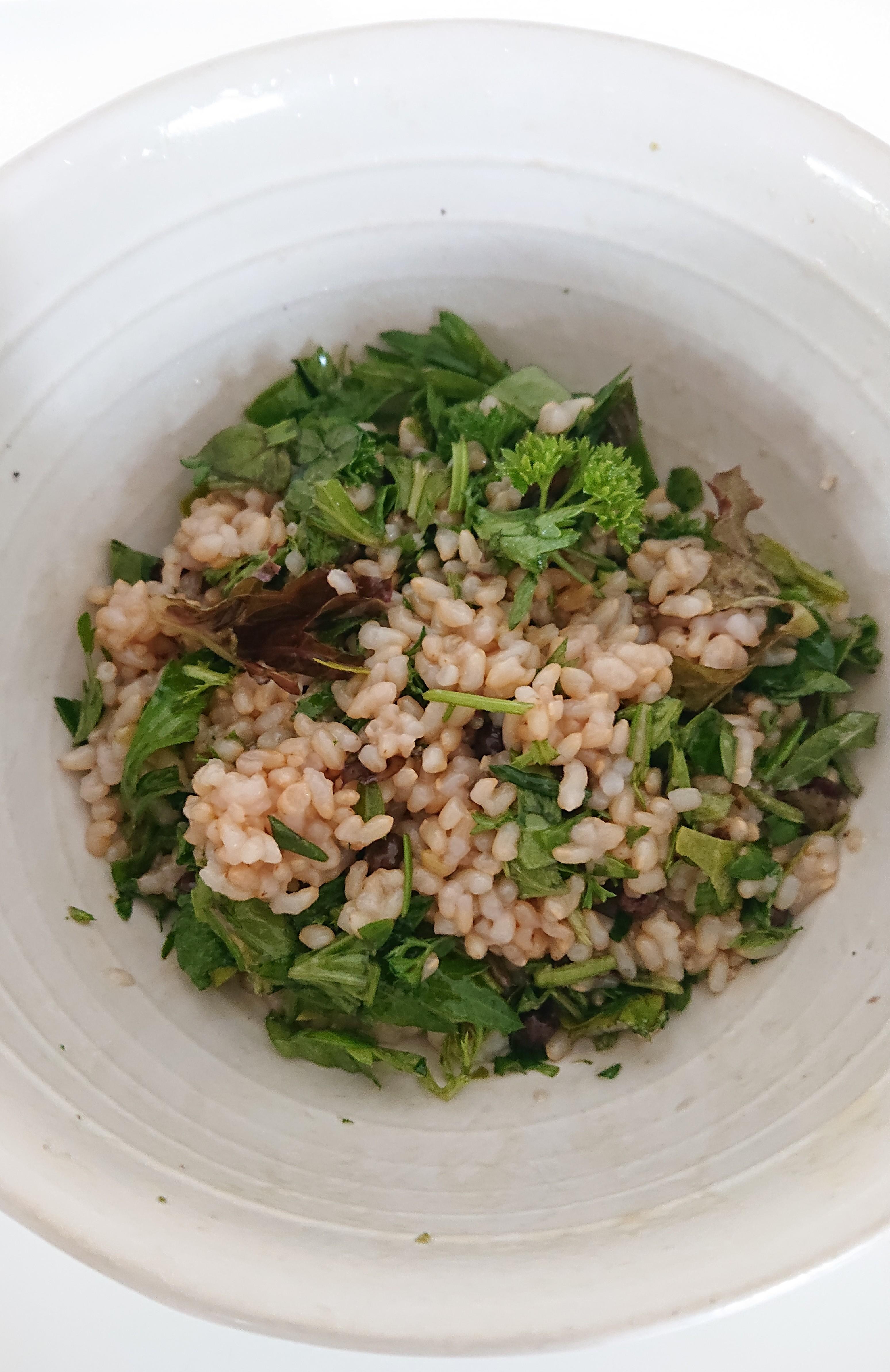 えんどう豆と野菜とハーブの玄米ご飯の写真