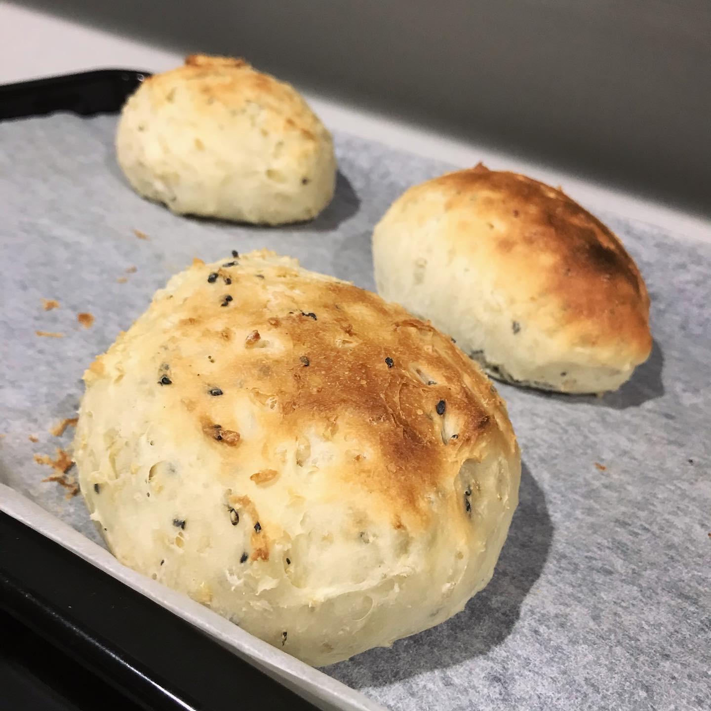 ピンク岩塩を使って玄米黒ごまパンの写真