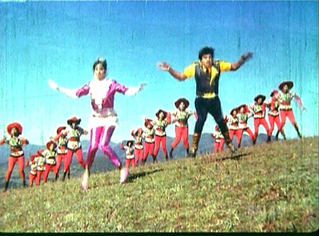 [テルグ語映画]ATTAKU YAMUDU AMMAIKI MOGUDU 5 - ピンクスーツで山の上で踊って、踊って〜