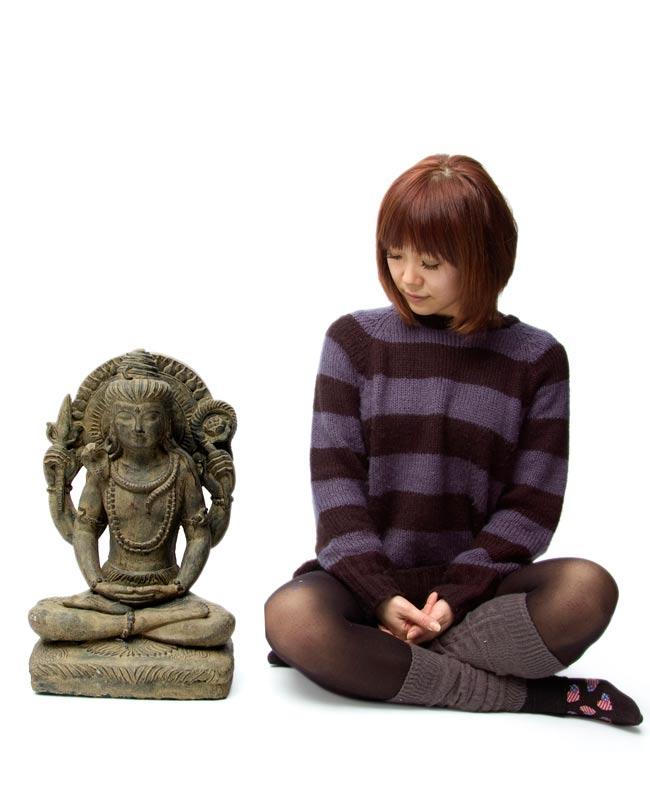 バリのアンティーク風石像 - シヴァの写真5 - 身長150cmのモデルと比べてみました。人が横にいると小さめに見えますが、サイズ的にもちゃんと存在感があります!
