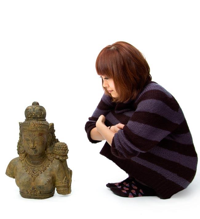 バリのアンティーク風石像 - ターラー菩薩の写真5 - 身長150cmのモデルと比べてみました。人が横にいると小さめに見えますが、サイズ的にもちゃんと存在感があります!