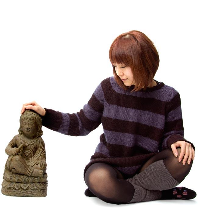 バリのアンティーク風石像 - クリシュナの写真6 - 身長150cmのモデルと比べてみました。人が横にいると小さめに見えますが、サイズ的にもちゃんと存在感があります!
