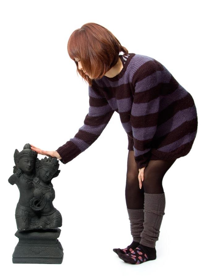バリのアンティーク風石像 - ラーマ&シータの写真5 - 身長150cmのモデルと比べてみました。人が横にいると小さめに見えますが、サイズ的にもちゃんと存在感があります!