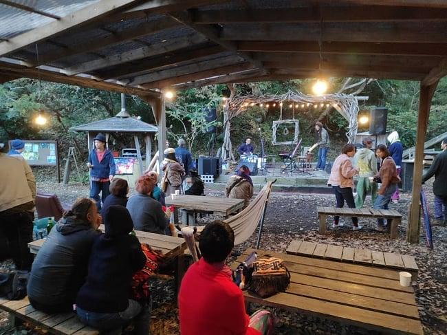 [E-TICKET]森のインド古典会 - Forest and Indian Music - 10月14日(月・祝) 6 - 過去の別イベントの様子。屋根がありますので、小雨であれば濡れずにイベントをお楽しみ頂けます