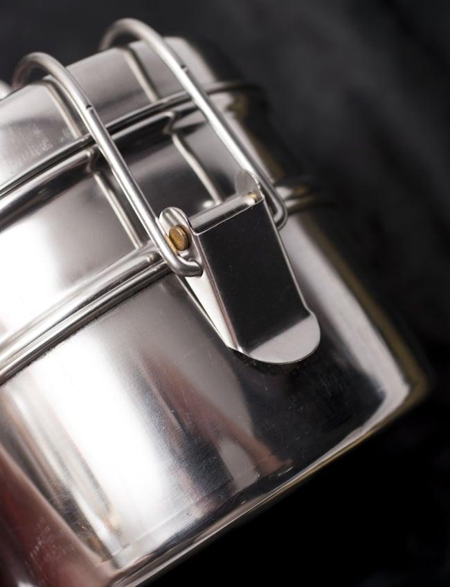 2段インド弁当箱 【直径:約11.5cm 高さ:約9.5cm】 - 7x2 5 - こちらの留め具をパチンと操作して開閉を行います