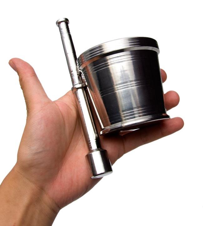 スパイスグラインダー No.3 直径:約8cm 高さ:約7.5cm[大] 4 - サイズを感じていただくため、手に持ってみたところです。