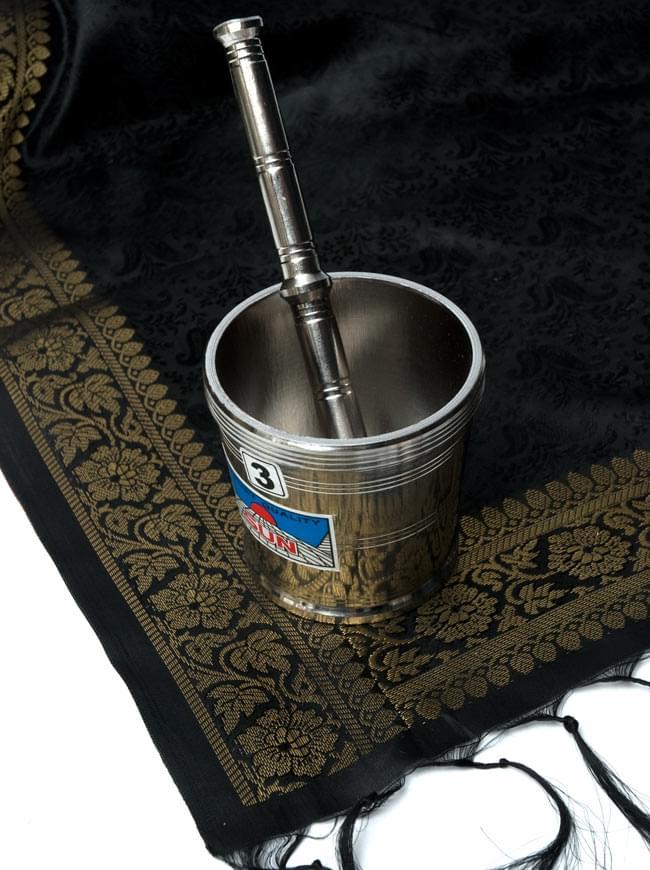 スパイスグラインダー No.3 直径:約8cm 高さ:約7.5cm[大] 5 - 黒い布と一緒に撮影してみました