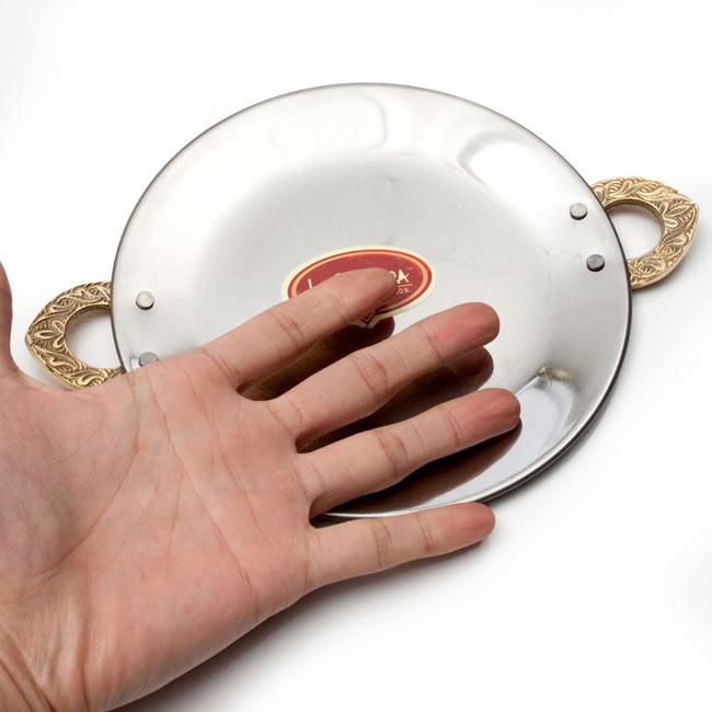 タヴァ(直径:18cm程度) 6 - サイズ比較のために手に持ってみました。