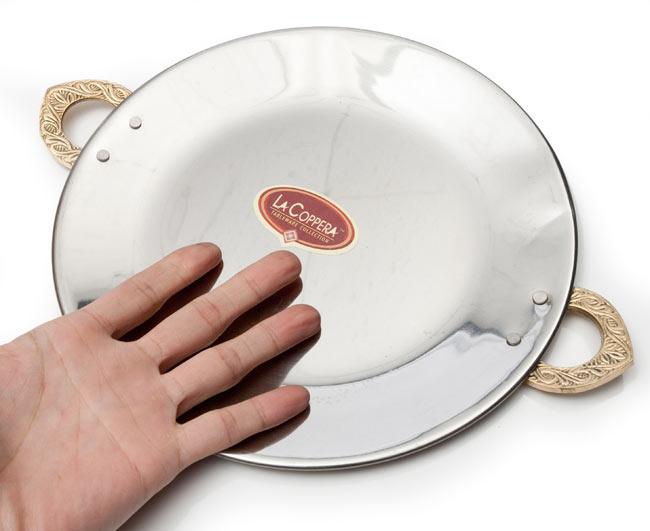 タヴァ槌目仕上げ チャパティやローティ用のフライパン(直径:24cm) 6 - サイズ比較のために手に持ってみました。