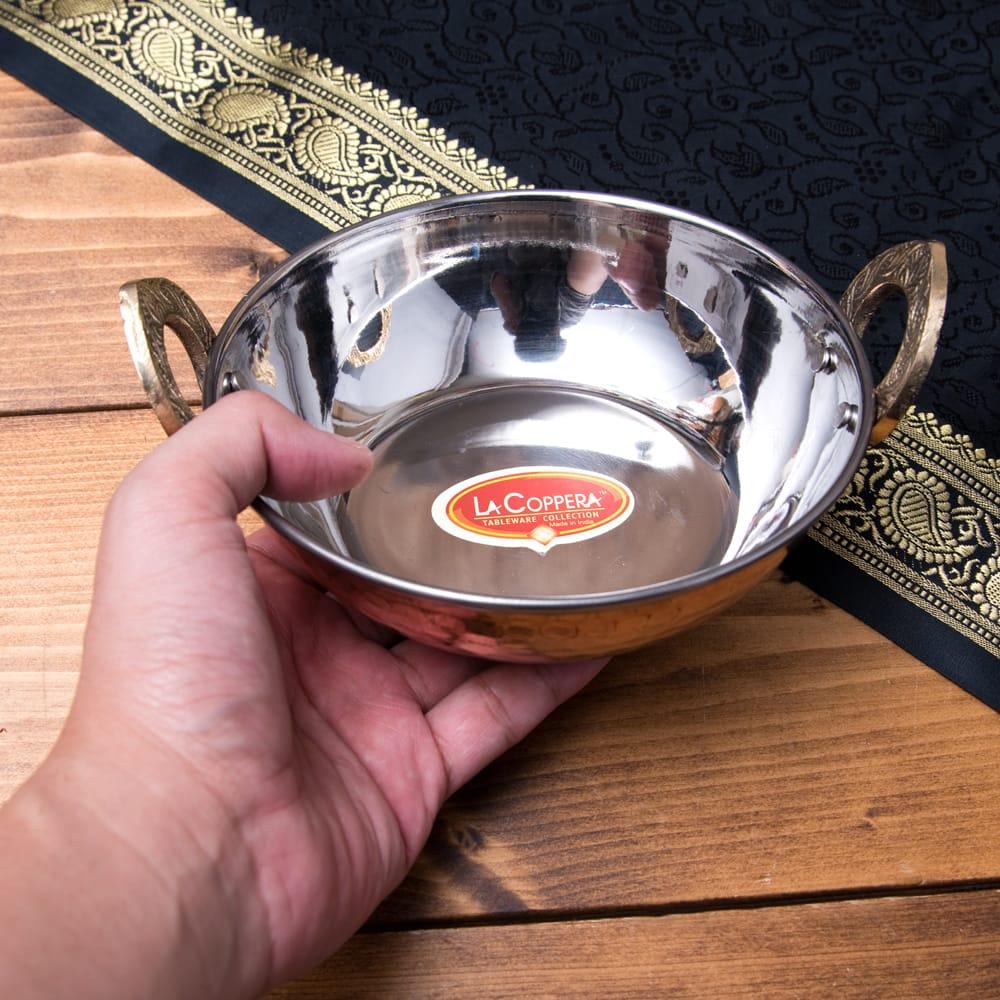 槌目仕上げ 銅装飾のカダイ [装飾持ち手付](直径:約15cm) 6 - サイズ比較のために、手に持ってみました