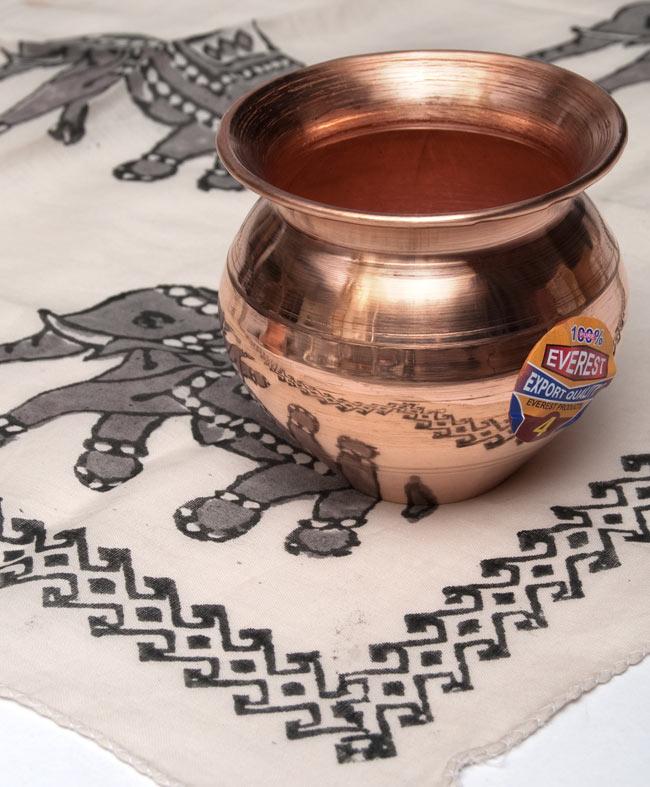 インドの水さし【銅】[8.5cm] 5 - 布の上において撮影しました。