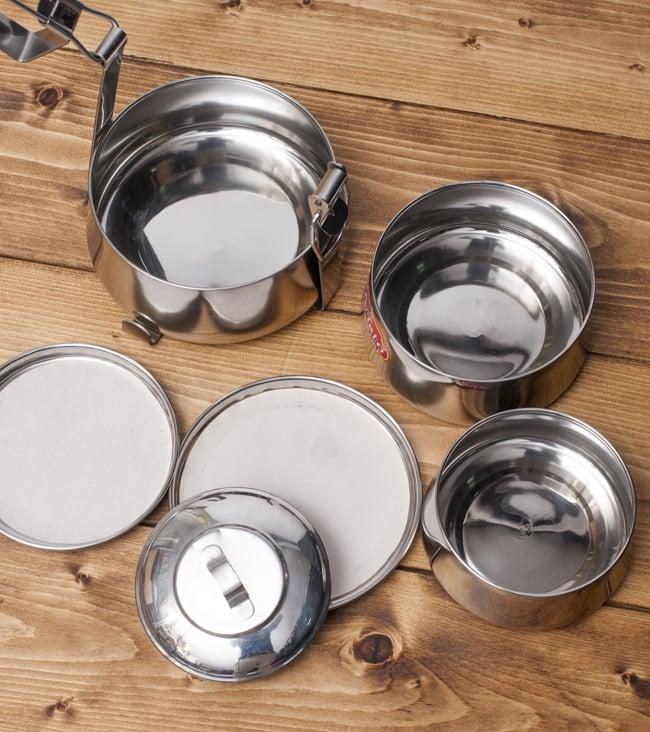 【3段】インドの弁当箱[22cm] 2 - 下の段の蓋をする形でお皿が入っています